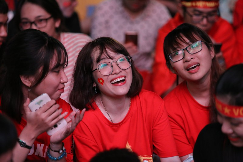 Bóng hồng cháy hết mình cổ vũ tuyển VN trên phố Nguyễn Huệ - ảnh 3
