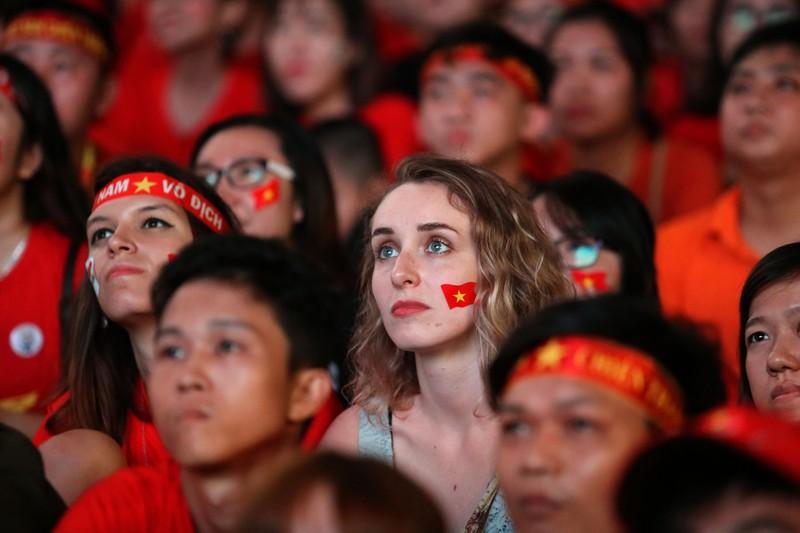 Bóng hồng cháy hết mình cổ vũ tuyển VN trên phố Nguyễn Huệ - ảnh 4