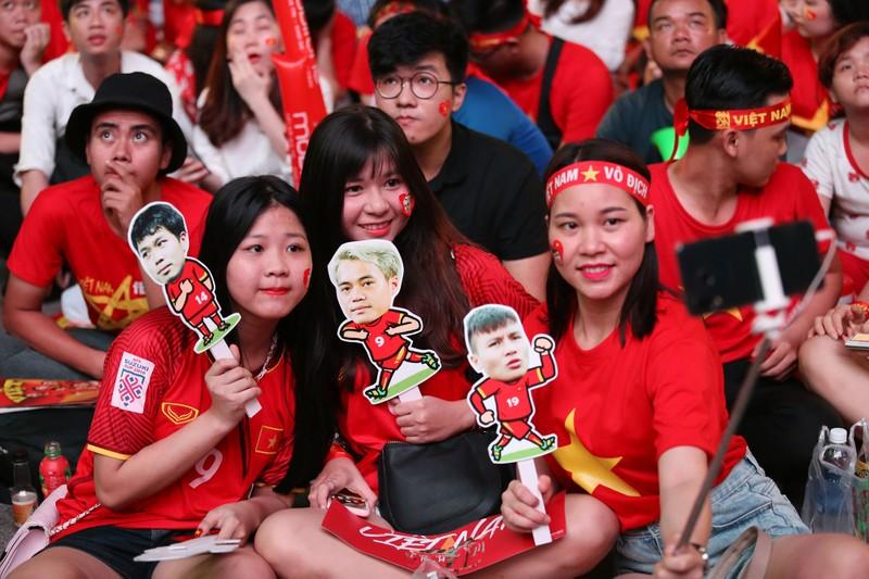 Bóng hồng cháy hết mình cổ vũ tuyển VN trên phố Nguyễn Huệ - ảnh 5