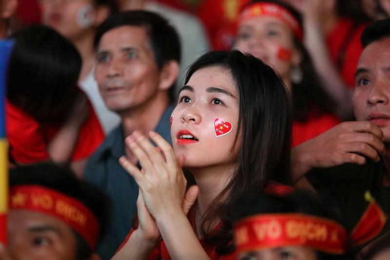 Bóng hồng cháy hết mình cổ vũ tuyển VN trên phố Nguyễn Huệ - ảnh 6