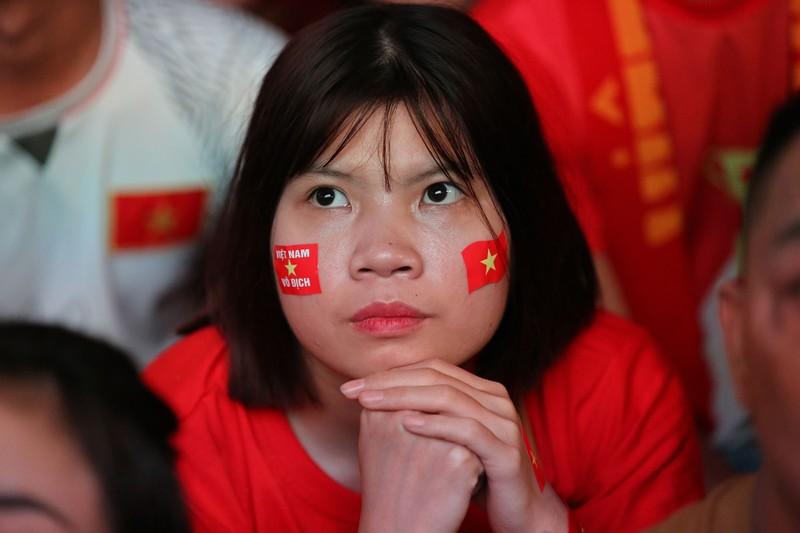 Bóng hồng cháy hết mình cổ vũ tuyển VN trên phố Nguyễn Huệ - ảnh 7