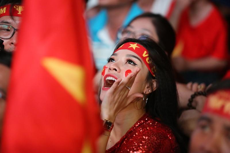 Bóng hồng cháy hết mình cổ vũ tuyển VN trên phố Nguyễn Huệ - ảnh 8