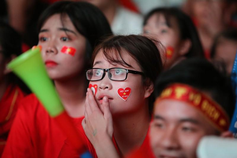 Bóng hồng cháy hết mình cổ vũ tuyển VN trên phố Nguyễn Huệ - ảnh 9