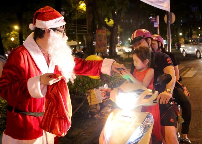 Hàng ngàn người đổ về trung tâm TP.HCM đón Giáng sinh - ảnh 13