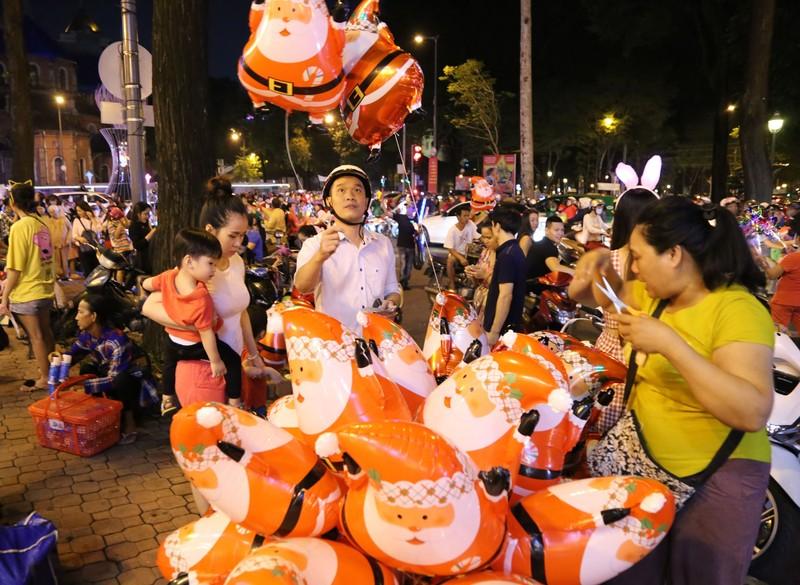 Hàng ngàn người đổ về trung tâm TP.HCM đón Giáng sinh - ảnh 3