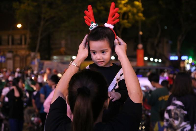Hàng ngàn người đổ về trung tâm TP.HCM đón Giáng sinh - ảnh 5
