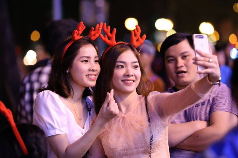 Hàng ngàn người đổ về trung tâm TP.HCM đón Giáng sinh - ảnh 7