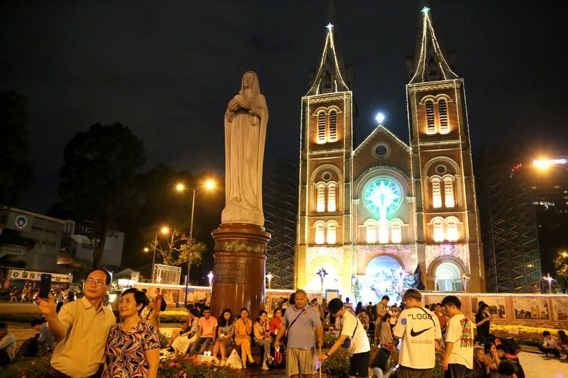Hàng ngàn người đổ về trung tâm TP.HCM đón Giáng sinh - ảnh 8