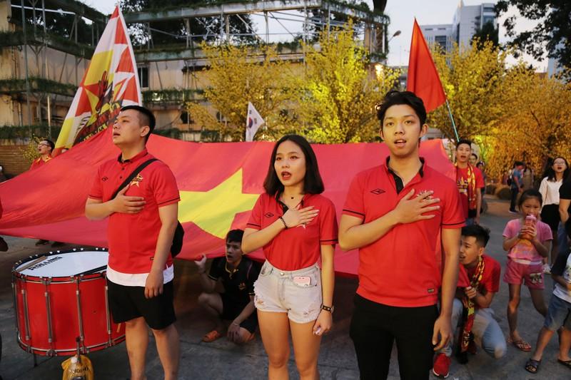Người hâm mộ phủ kín Nhà văn hóa Thanh Niên cổ vũ tuyển VN - ảnh 3
