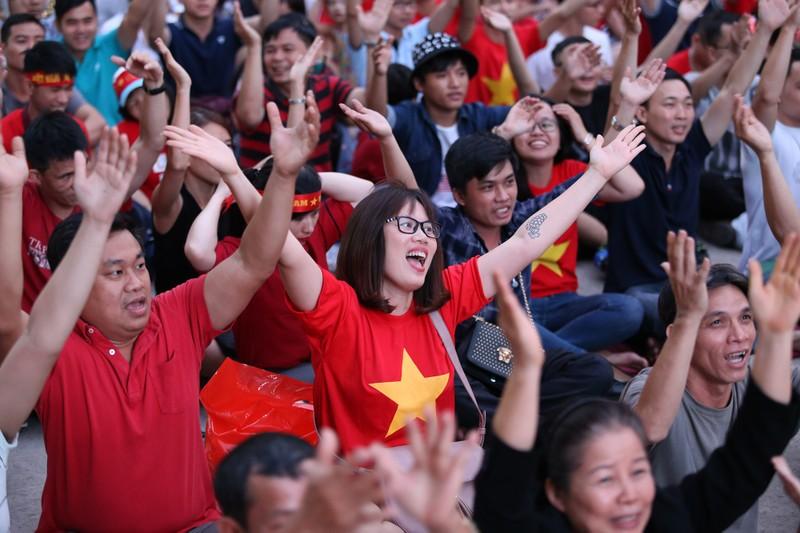 Người hâm mộ phủ kín Nhà văn hóa Thanh Niên cổ vũ tuyển VN - ảnh 5