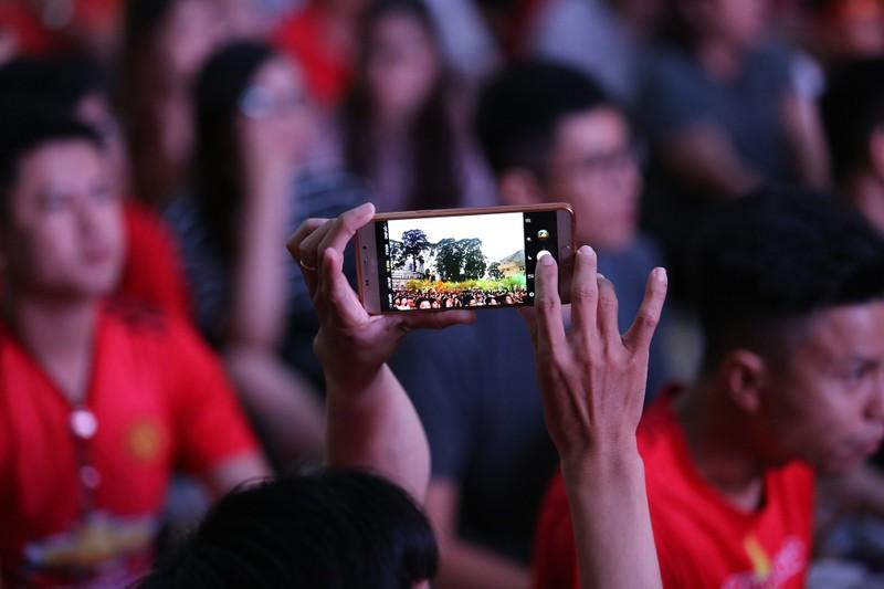 Người hâm mộ phủ kín Nhà văn hóa Thanh Niên cổ vũ tuyển VN - ảnh 6