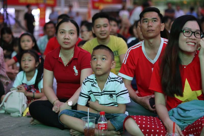 Người hâm mộ phủ kín Nhà văn hóa Thanh Niên cổ vũ tuyển VN - ảnh 7