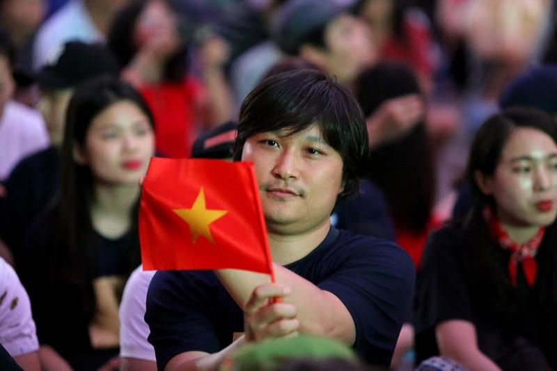 Người hâm mộ phủ kín Nhà văn hóa Thanh Niên cổ vũ tuyển VN - ảnh 8