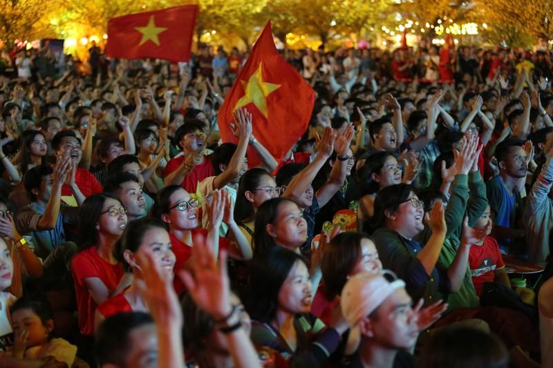 CĐV rơi nước mắt tiếc nuối tuyển Việt Nam rời Asian Cup - ảnh 3
