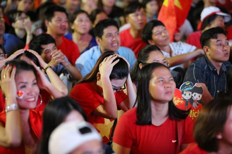 CĐV rơi nước mắt tiếc nuối tuyển Việt Nam rời Asian Cup - ảnh 7