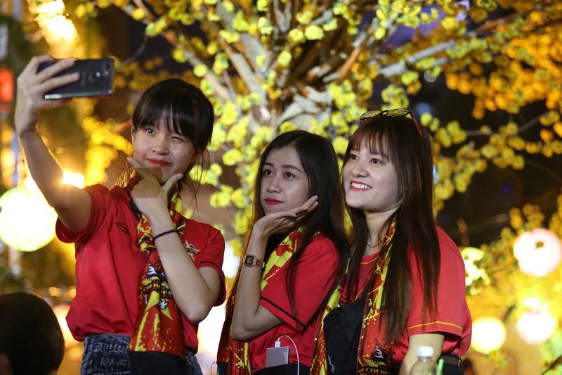 Hình ảnh đẹp trước giờ bóng lăn Việt Nam - Nhật Bản - ảnh 6