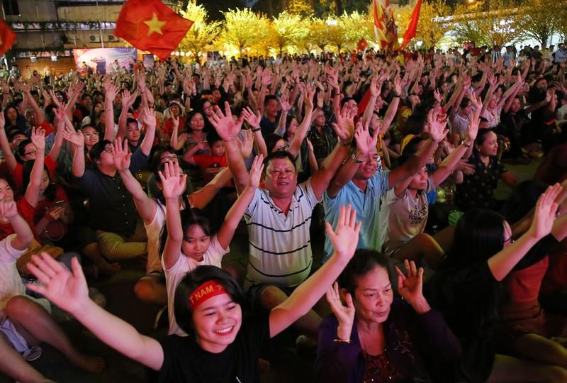 Hình ảnh đẹp trước giờ bóng lăn Việt Nam - Nhật Bản - ảnh 7