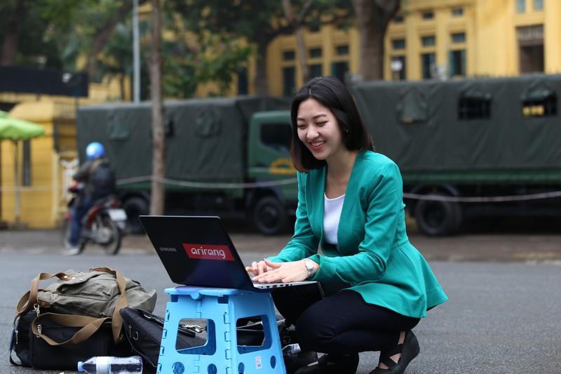 Nữ PV Hàn Quốc 'gây thương nhớ' khi tác nghiệp trên phố Hà Nội - ảnh 10