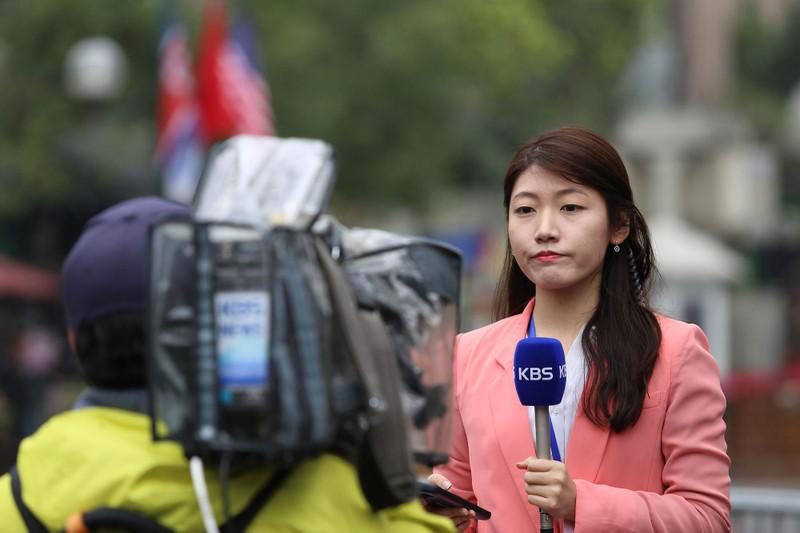 Nữ PV Hàn Quốc 'gây thương nhớ' khi tác nghiệp trên phố Hà Nội - ảnh 16