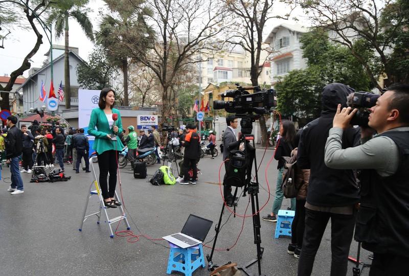 Nữ PV Hàn Quốc 'gây thương nhớ' khi tác nghiệp trên phố Hà Nội - ảnh 1