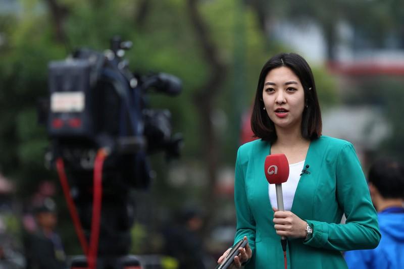Nữ PV Hàn Quốc 'gây thương nhớ' khi tác nghiệp trên phố Hà Nội - ảnh 4