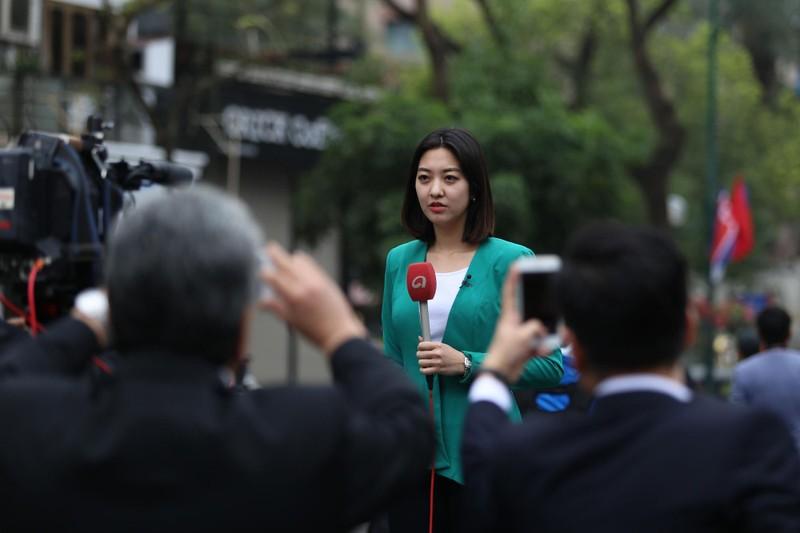 Nữ PV Hàn Quốc 'gây thương nhớ' khi tác nghiệp trên phố Hà Nội - ảnh 7