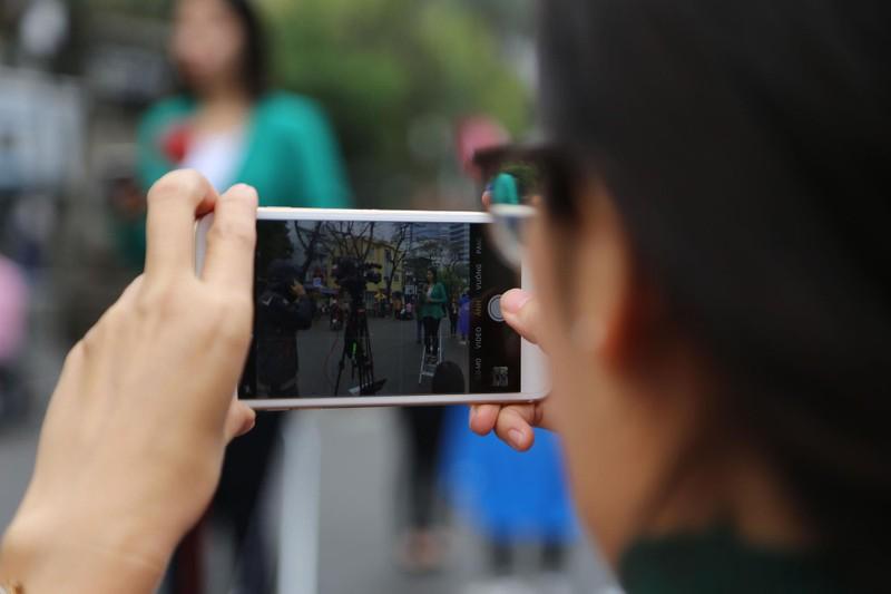 Nữ PV Hàn Quốc 'gây thương nhớ' khi tác nghiệp trên phố Hà Nội - ảnh 8