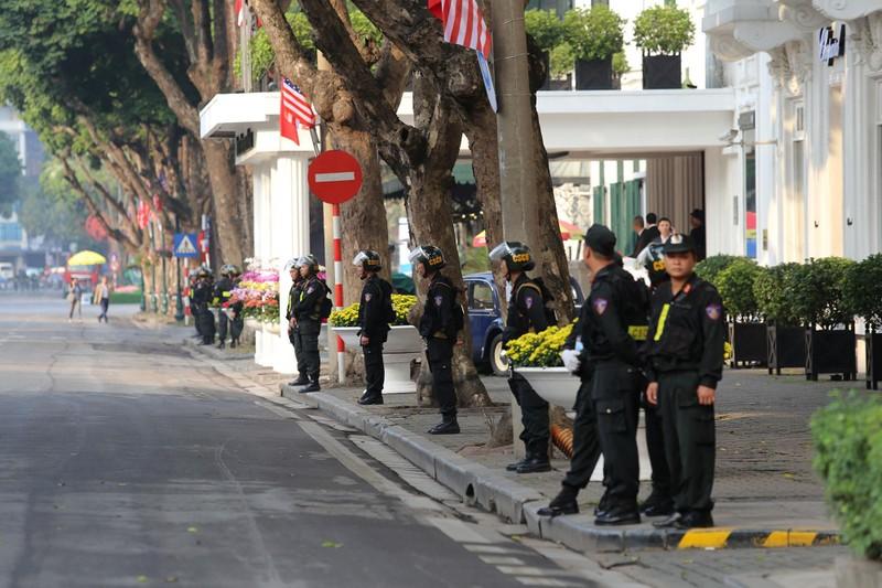 An ninh thắt chặt tại Metropole trước giờ Trump-Kim gặp nhau - ảnh 2