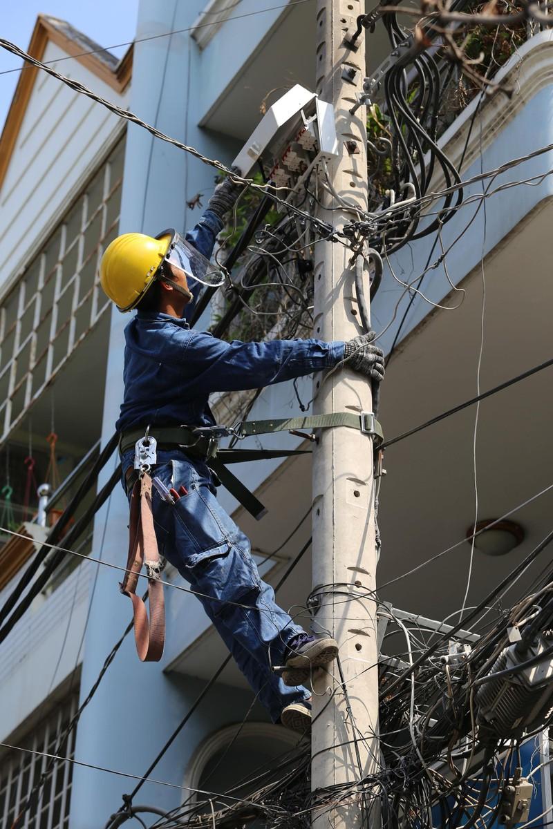 Phơi mình làm việc dưới cái nắng rát da ở Sài Gòn - ảnh 11
