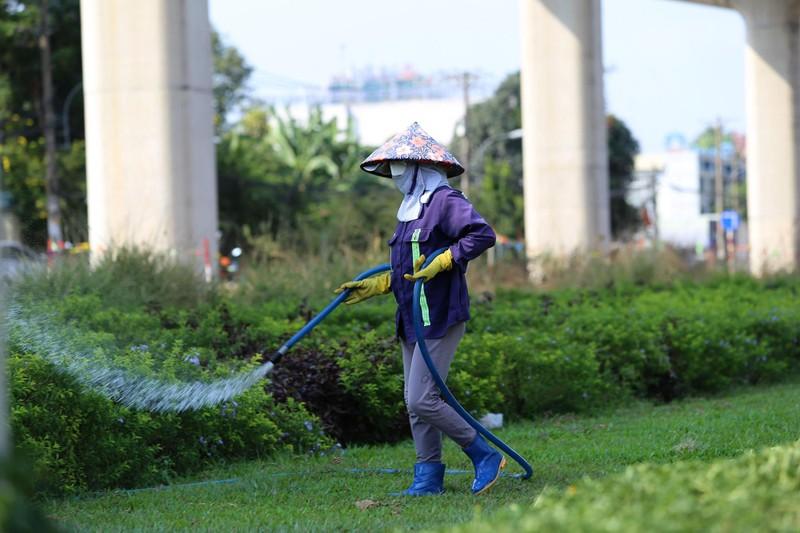 Phơi mình làm việc dưới cái nắng rát da ở Sài Gòn - ảnh 12