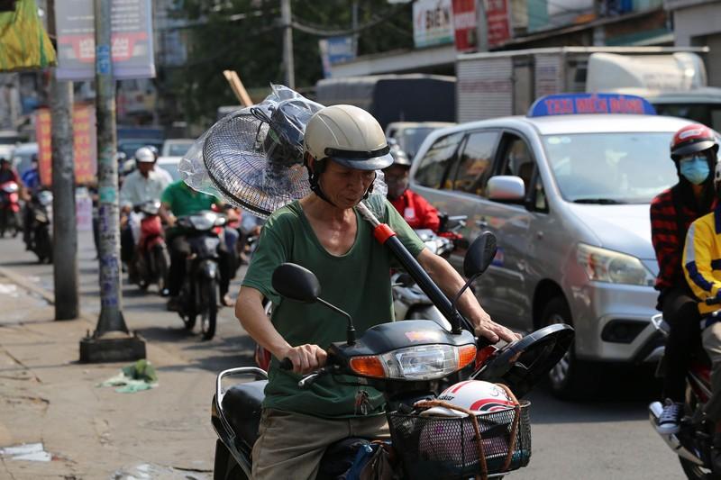 Phơi mình làm việc dưới cái nắng rát da ở Sài Gòn - ảnh 14