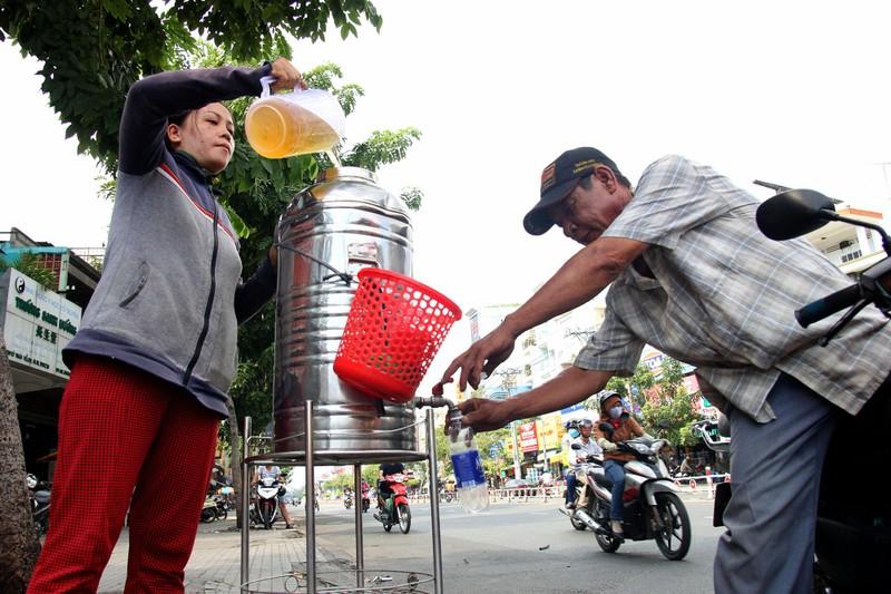 Phơi mình làm việc dưới cái nắng rát da ở Sài Gòn - ảnh 16