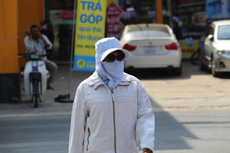 Phơi mình làm việc dưới cái nắng rát da ở Sài Gòn - ảnh 3