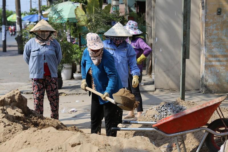 Phơi mình làm việc dưới cái nắng rát da ở Sài Gòn - ảnh 4