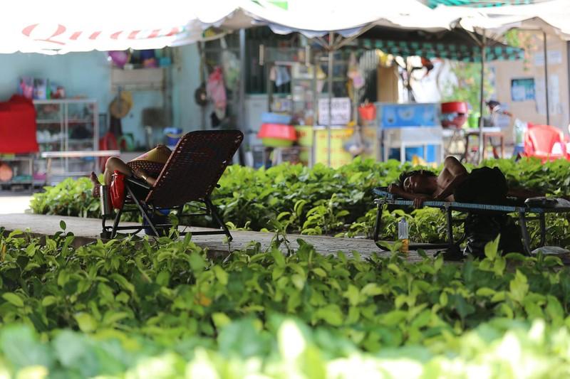 Phơi mình làm việc dưới cái nắng rát da ở Sài Gòn - ảnh 6