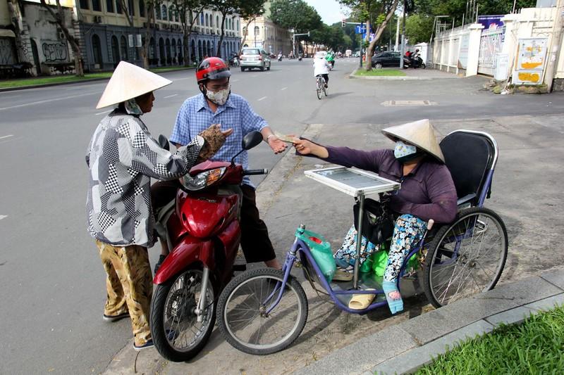 Phơi mình làm việc dưới cái nắng rát da ở Sài Gòn - ảnh 8