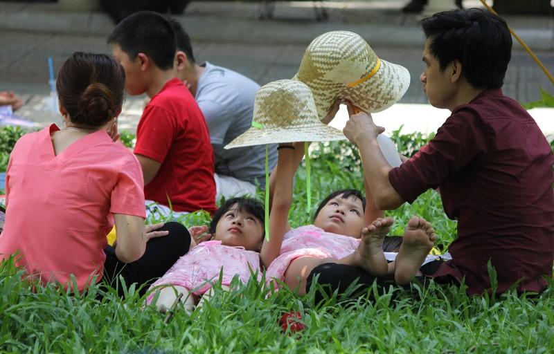 Phơi mình làm việc dưới cái nắng rát da ở Sài Gòn - ảnh 9