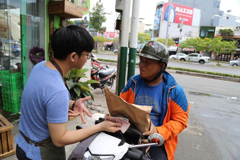 Cận cảnh gói hàng hóa bằng lá chuối ở Sài Gòn - ảnh 11