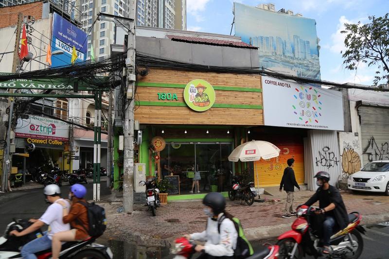 Cận cảnh gói hàng hóa bằng lá chuối ở Sài Gòn - ảnh 1