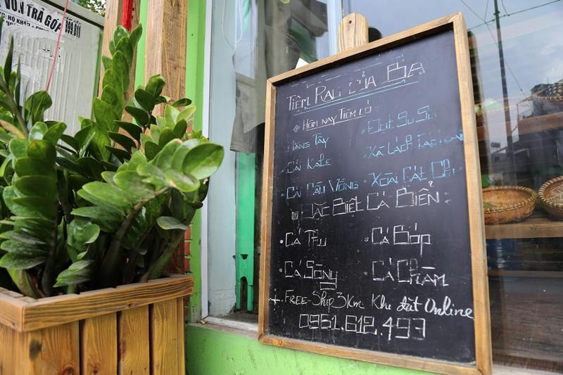 Cận cảnh gói hàng hóa bằng lá chuối ở Sài Gòn - ảnh 2