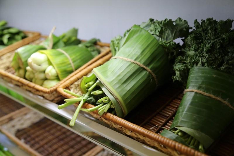 Cận cảnh gói hàng hóa bằng lá chuối ở Sài Gòn - ảnh 4