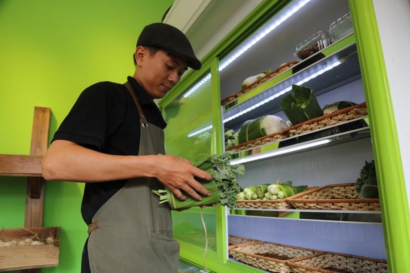 Cận cảnh gói hàng hóa bằng lá chuối ở Sài Gòn - ảnh 5