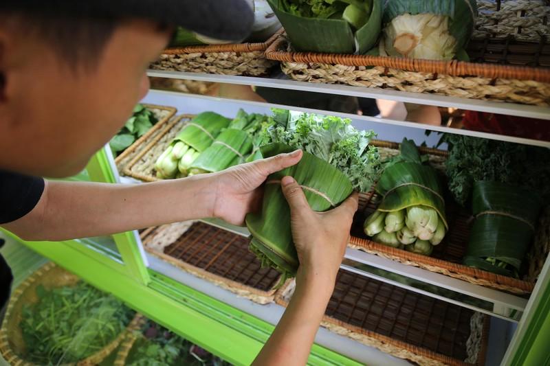 Cận cảnh gói hàng hóa bằng lá chuối ở Sài Gòn - ảnh 6