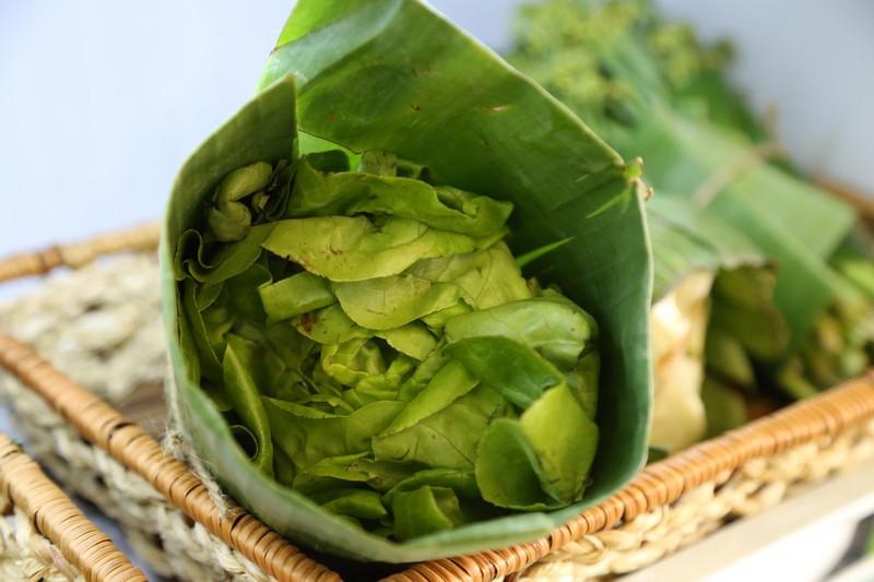 Cận cảnh gói hàng hóa bằng lá chuối ở Sài Gòn - ảnh 7