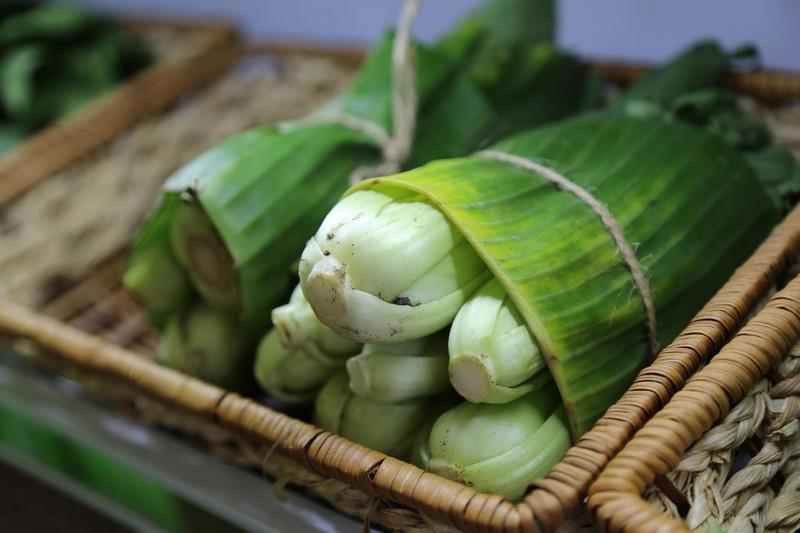 Cận cảnh gói hàng hóa bằng lá chuối ở Sài Gòn - ảnh 8