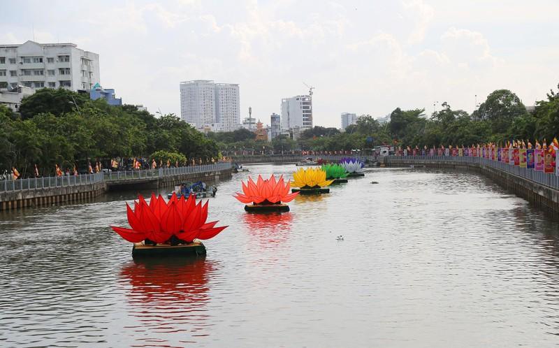 Ngắm hoa sen 7 màu 'mọc' trên kênh Nhiêu Lộc mừng Phật đản - ảnh 1