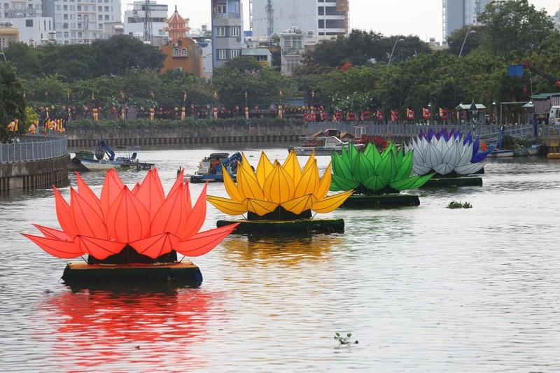 Ngắm hoa sen 7 màu 'mọc' trên kênh Nhiêu Lộc mừng Phật đản - ảnh 2
