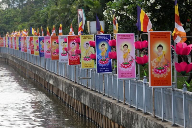 Ngắm hoa sen 7 màu 'mọc' trên kênh Nhiêu Lộc mừng Phật đản - ảnh 7