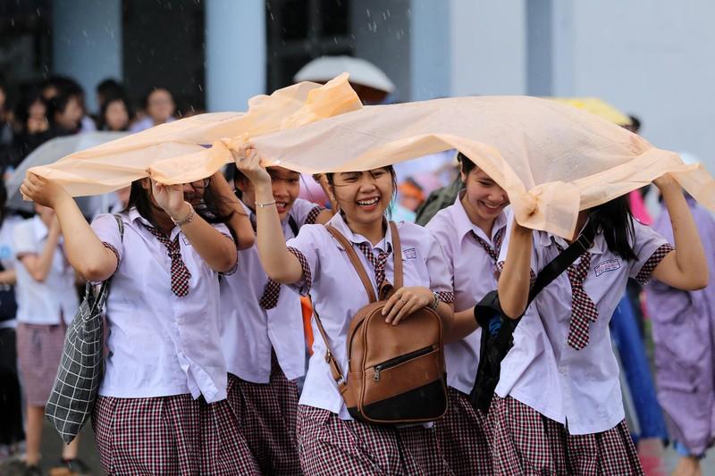 Xúc động cảnh bố mẹ dầm mưa đón con sau giờ thi ở Sài Gòn - ảnh 12