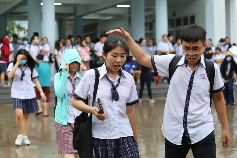Xúc động cảnh bố mẹ dầm mưa đón con sau giờ thi ở Sài Gòn - ảnh 13